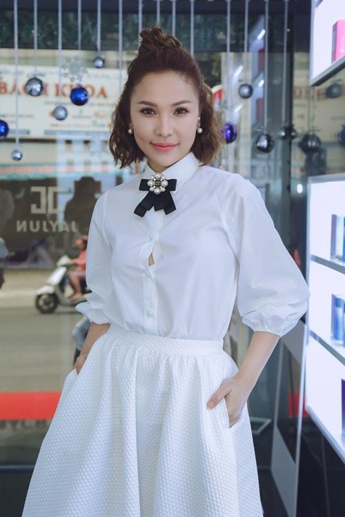 Người mẫu, diễn viên Quỳnh Thư nổi bật với set trắng cách điệu.