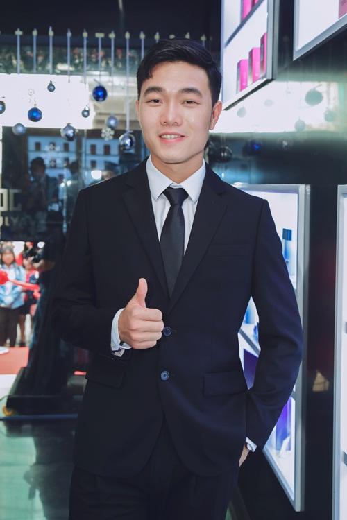 Là một trong những cầu thủ nổi tiếng hiện nay, tiền vệ Lương Xuân Trườngđược nhiều bạn trẻ yêu thíchnhờ tài năng, lịch lãm, trẻ trung và nhiệt huyết với bóng đá.
