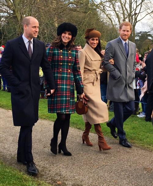 Hai cặp đôi hoàng gia tươi cười khi xuất hiện ở nhà thờ. Ảnh: