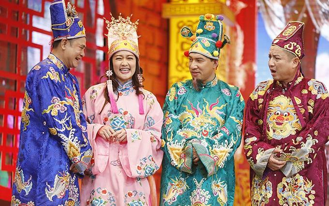 Quang Thắng bên các diễn viên quen thuộc của Gặp nhau cuối năm.