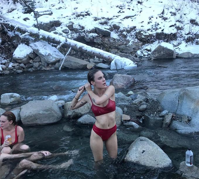 Cô út Tallulah 23 tuổi khoe body gợi cảm giữa dòng suối. Tallulah khoe bức ảnh trên Instagram với dòng chú thích: Mọi người thường bảo tôi xấu xí khi 13 tuổi. Các fan đều đều công nhận rằng Tallulah ngày càng xinh đẹp hơn. Cô hiện là một diễn viên nối nghiệp bố mẹ.