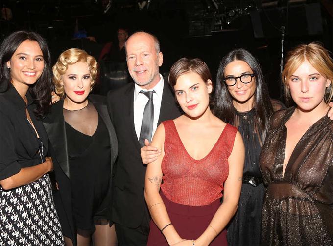 Bruce Willis hiện tại đã có gia đình mới với nữ diễn viên Emma Heming (ngoài cùng bên trái) nhưng anh vẫn thường xuyên hội ngộ Demi Moore và các cô con gái trong những sự kiện đặc biệt, như đến cổ vũ cô con cả Rumer Willis diễn kịch tại Broadway vào năm ngoái (ảnh).