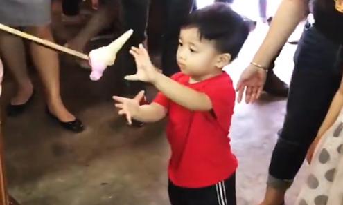 Người bán kem vui tính thử lòng kiên nhẫn của cậu bé