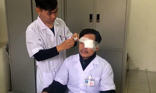Đang cấp cứu, bác sĩ bị người nhà bệnh nhân đánh gãy mũi