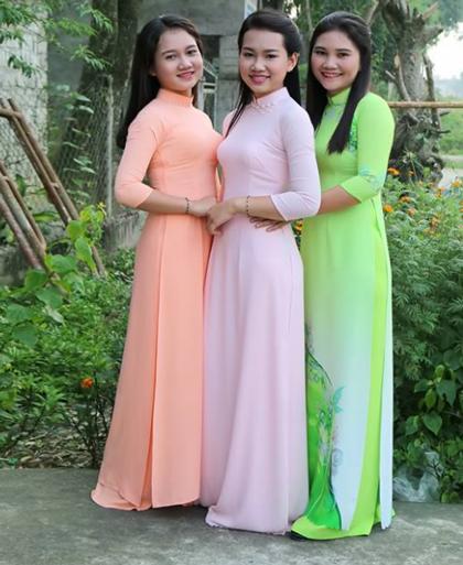 Bức ảnh ba mẹ con chị Nguyệtkhiến nhiều người bối rối khi không phân biệt được đâu là mẹ, đâu là con gái. Trong ảnh, chị Nguyệt mặc áo dài xanh ngoài cùng bên phải. Ảnh: NVCC.