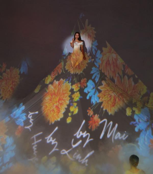 Hoa hậu Phạm Hương xuất hiện với chiếc váy 5D Mapping khổng lồ cùng những họa tiết được sáng tạo bởi phái đẹp.