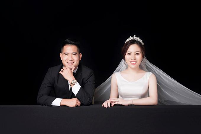 Ngày 31/12 tới, Âu Văn Hoàn sẽ tổ chức đám cưới với cô bạn gái xinh đẹp Hằng Nga tại thành phố Vinh, Nghệ An. Hậu vệ sinh năm 1989lần đầu gặp mặt bà xã trong buổi tối đi chơi Noel vào năm 2012 khi anh còn đang khoác áo đội bóng quê hương SLNA.