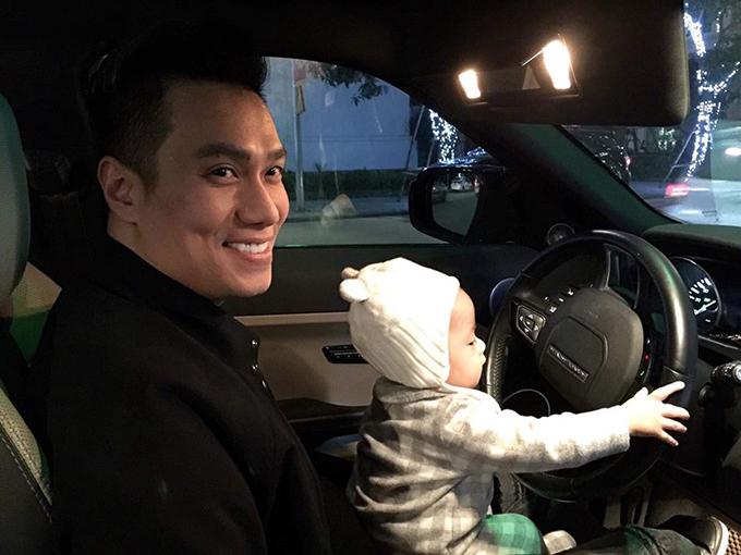 Việt Anh đưa con trai đi chơi và hài hước bình luận: Noel chở bố đi tránh rét..... có vẻ có năng khiếu từ bé các bác ạ!.