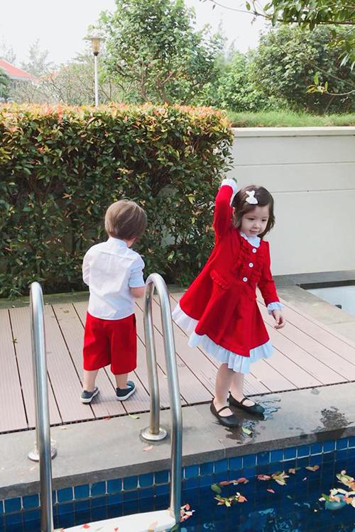Hai thiên thần nhà Elly Trần vui vẻ chơi đùa cùng nhau. Hai chị em Cadie và Túc Mạch mặc đồ tone sur tone màu Giáng sinh.