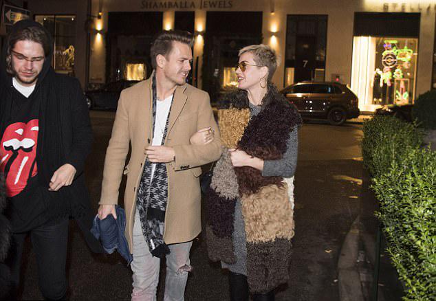 Katy Perry tay trong tay với một chàng trai lạ ở Đan Mạch.