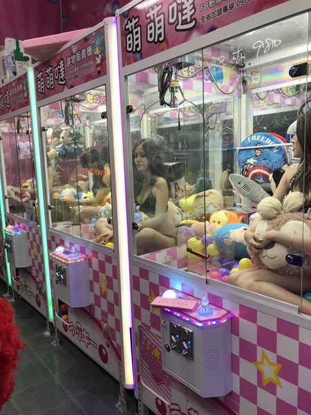 Mẫu bikini Đài Loan ngồi trong máy gắp thú để hút khách