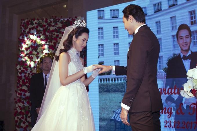 Cô dâu - chú rể trao nhẫn cưới trong hôn lễ.