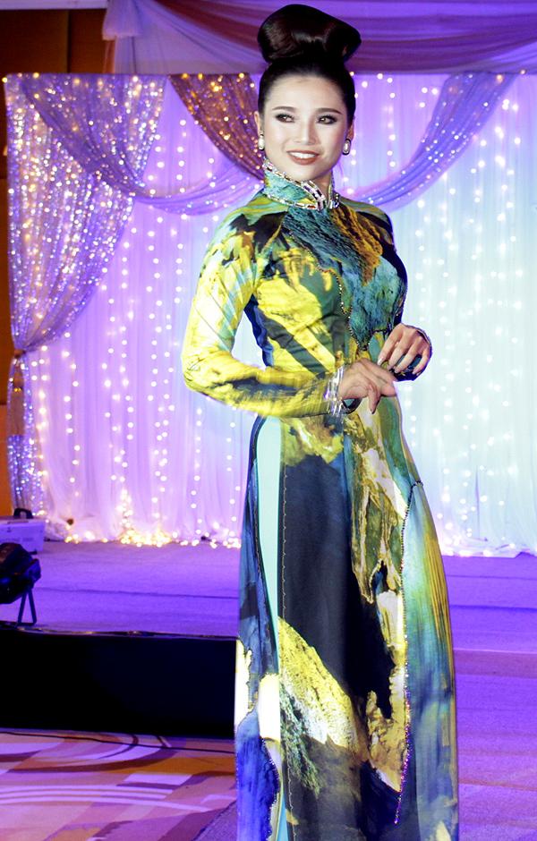 Top 5 Miss Photo Diễm Nhi điệu đà làm duyên trước ống kính.