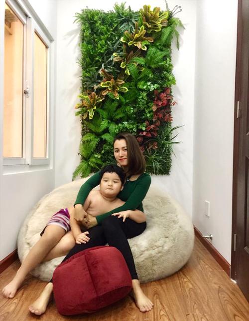 Trong căn nhà ấm cúng của vợ chồng chị Ngọc Trân, bức tường lá xanh ngát trở thành điểm nhấn đặc biệt. Ý tưởng trang trí nhà đón Tết của chị Trân xuất phát từ ấn tượng với cách bài trí bằng hoa thật ở các quán cà phê.