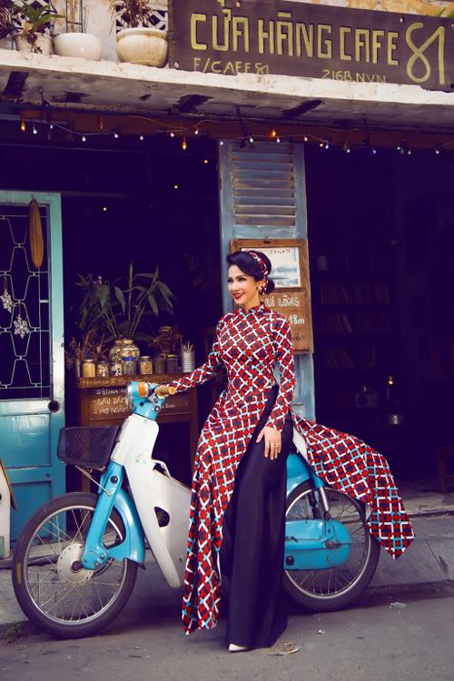 Việt Trinh từng là một trong những Nữ hoàng ảnh lịch của thập niên 90. Cô không gặp khó khăn khi làm mẫu, thể hiện sưu tập áo dài xưa của nhà thiết kế Minh Châu.