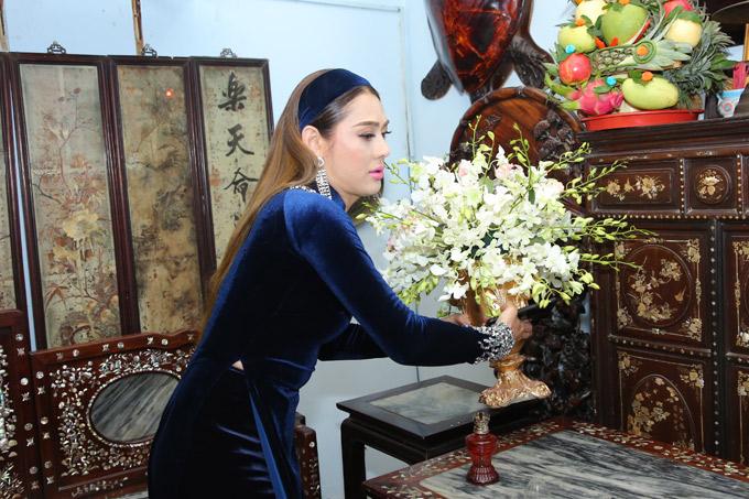 Lâm Khánh Chi tự tay bố trí, xếp đặt mọi thứ cho ngày trọng đại.