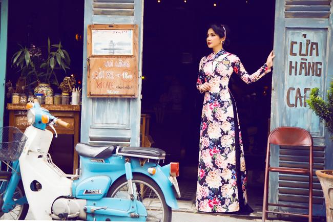 Người đẹp Tây Đô duyên dáng trong tà áo dài hoa, gợi nhớ vẻ đẹp của thiếu nữ Việt Nam xưa.