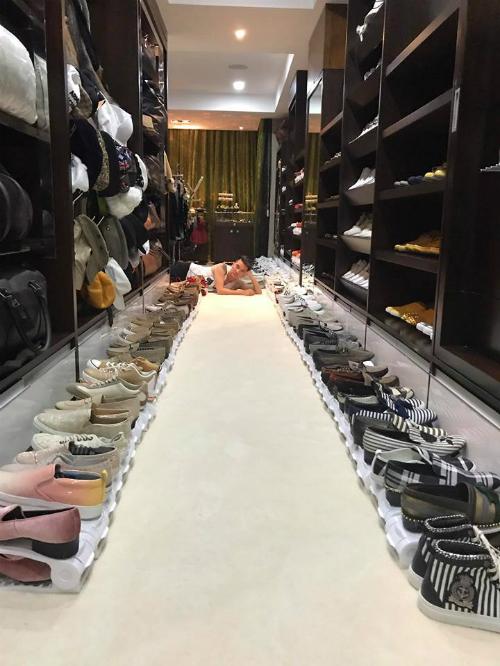 Đàm Vĩnh Hưng than khổ vì sở hữu 'núi' quần áo và hơn 700 đôi giày