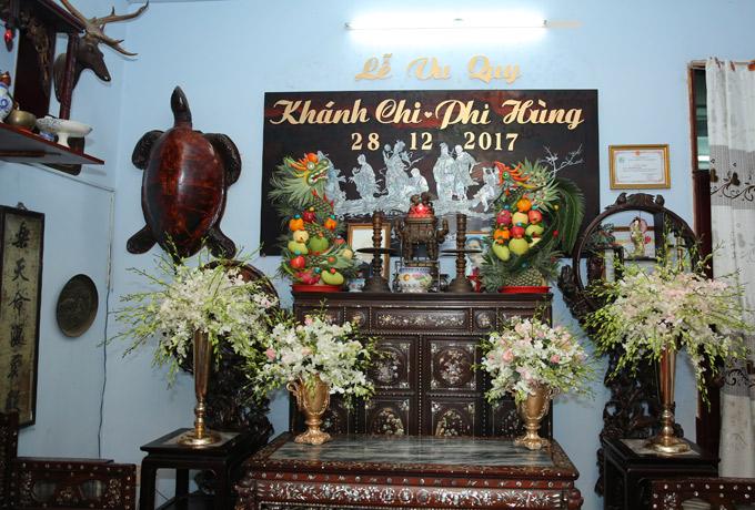 Bàn thờ gia tiên nhà Lâm Khánh Chi có đề tên vợ chồng cô và ngày cưới là 28/12.