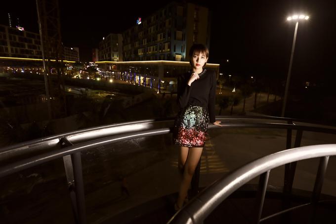 Phối đồ đơn giản với áo dệt kim và chân váy ngắn, nhưng chính cách chọn lựa váy áo trên các chất liệu hợp mốt và phom dáng hiện đại sẽ giúp bạn gái thể hiện sự sành điệu với những xu hướng thời trang mới nhất cho mùa mốt 2018.