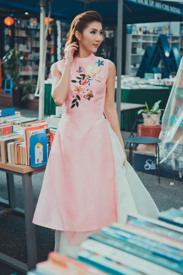 Trong lần về nước vào tháng 12, ngoài kế hoạch tham gia quảng bá cho phim Mẹ chồng, Ngọc Quyên còn dành mộttuần ở Đà Nẵng để học may áo dài và thêu, vẽ áo dài để làm nghề tay trái khi trở lại Mỹ.