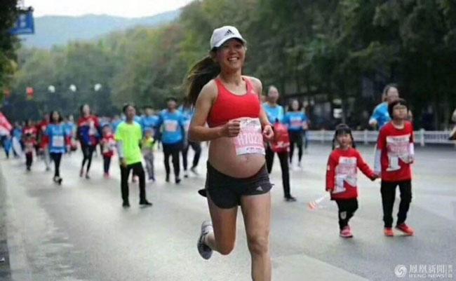 Bà bầu 5 tháng vẫn thi chạy đường dài