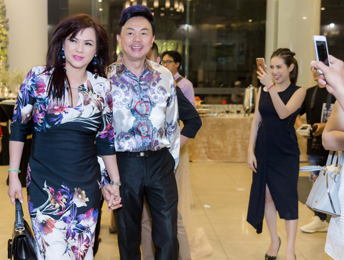 Danh hài và vợ - ca sĩ Phương Loan khiến nhiều người ngưỡng mộ khi nắm tay nhau tình tứ không rời.