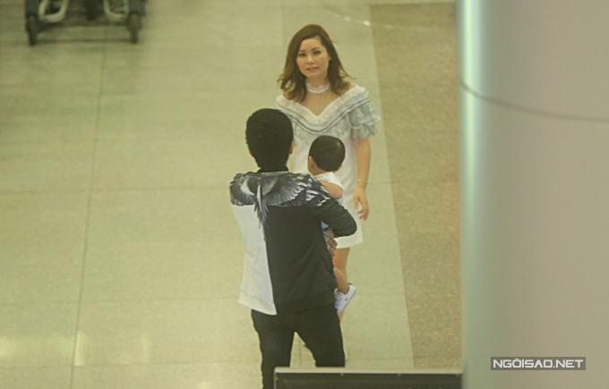 Vợ chồng Đan Trường lần đầu đưa con trai về nước thăm gia đình