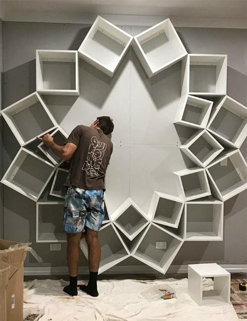 Sinclair đảm nhiệm công việc ghép các tấm gỗ thành khối hộp hình vuông. Tiếp theo, Jessica sẽ cố định chúng lên một tấm gỗ công nghiệp MDF, tạo dáng bông hoa nhiều cánh.