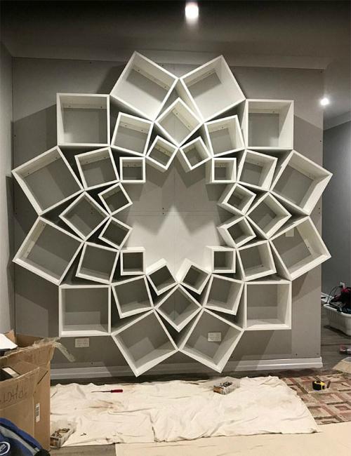 Công việc treo giá sách lên tường khá vất vả và họ phải chỉnh sửa lại vị trí các khối hộp sao cho đúng với ý tưởng ban đầu.