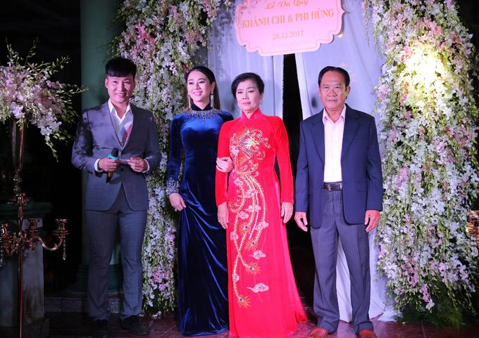 7h sáng mai 28/12, chú rể Trần Phi Hùng cùng nhà traisẽ từ Vũng Tàu đến làm lễ xin dâu. Cặp đôi tổ chức tiệc cưới tại Long Hải trước. Ngày 11/1 họ mới đãi tiệc tại TP HCM.