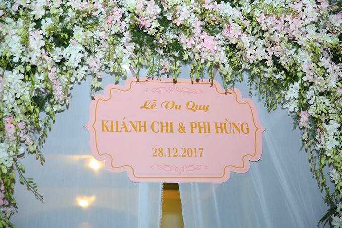 Sân khấu nơi thực hiện nghi thức cưới được trang trí bằng hoa lan tươi.