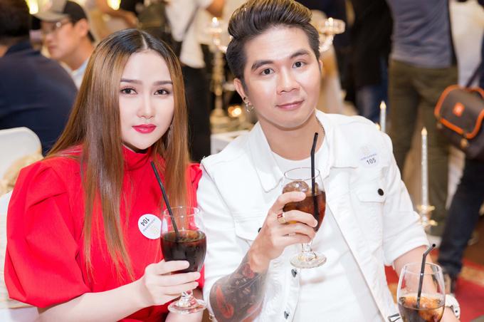 Nhạc sĩ Khánh Đơn đi sự kiện cùng một cô gái.