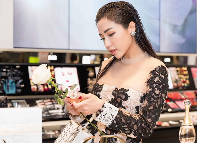 Người đẹp mới trở về từ cuộc thi Hoa hậu siêu quốc gia tổ chức ở Ba Lan. Cô dừng chân ở vị trí top 25.