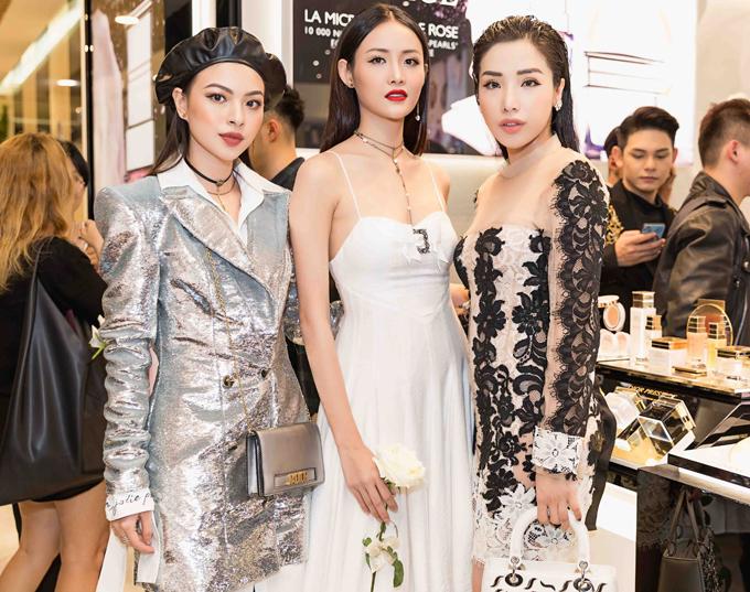 Chân dài Trương Mỹ Nhân (váy trắng) đối lập phong cách vớiTú Hảo The Face.
