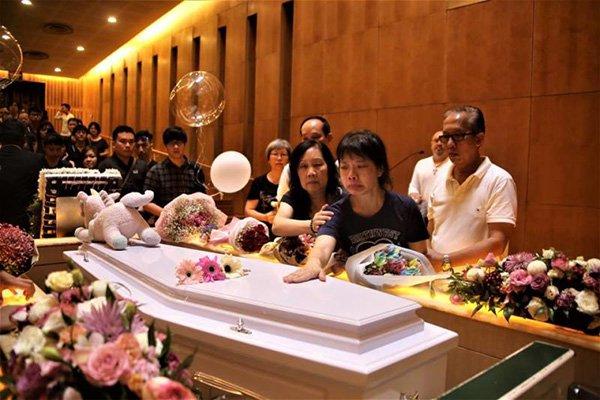 Bạn bè, người thân đến viếng trong đám tang của Karen hôm 20/12. Ảnh: China Press