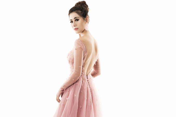 'Kiều nữ' Nam Thư đổi phong cách với váy áo gam hồng
