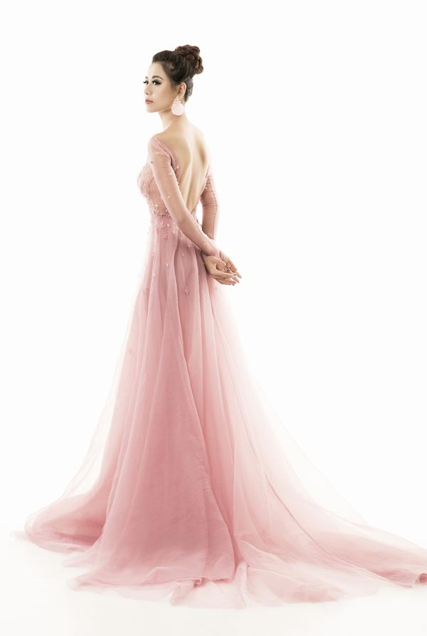 Diện những bộ cánh gam hồng pastel ngọt ngào, nữ diễn viên được nhiều fan khen ngợi, ủng hộ.
