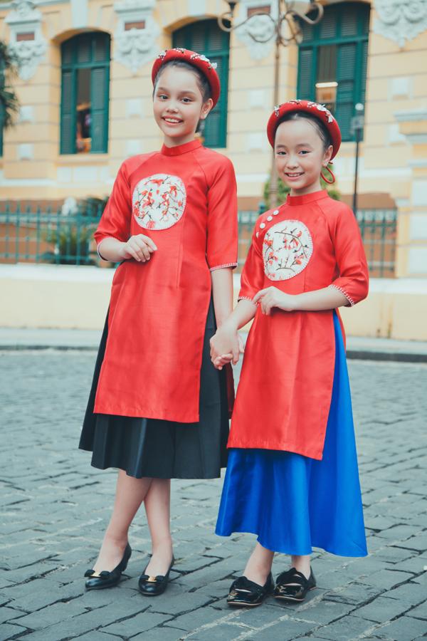 Áo dài cho bé với sắc đỏ rực rỡ tượng trưng cho sự may mắn và thành công cho năm mới được trang trí thêm họa tiết hoa mai, hoa đào.