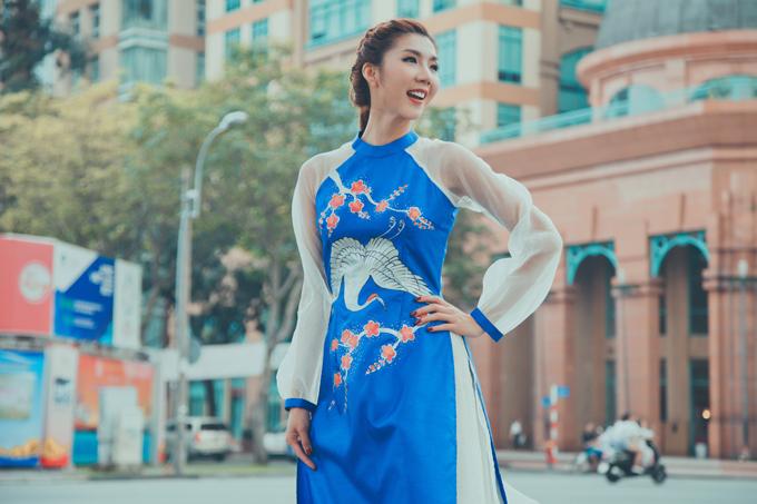 Bộ ảnh được thực hiện với sự hỗ trợ của nhiếp ảnh Tom Nguyễn, stylist Tân Đà Lạt, trang điểm Dũng Phan, làm tóc Trâm Anh, mẫu nhíPhương Anh,Alex,Kazik.