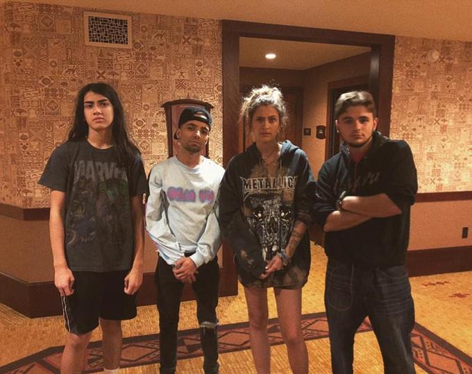 Paris cũng đăng ảnh trong khách sạn ở Hawaii với anh trai (bên phải) và em út Blanket Jackson (ngoài cùng bên trái). Cậu bé Blanket rụt rè ngày nào giờ đã thành một thiếu niên 15 tuổi phổng phao, rắn rỏi.