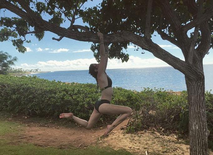 Cô hào hứng khoe ảnh tạo dáng trên cây với người hâm mộ.
