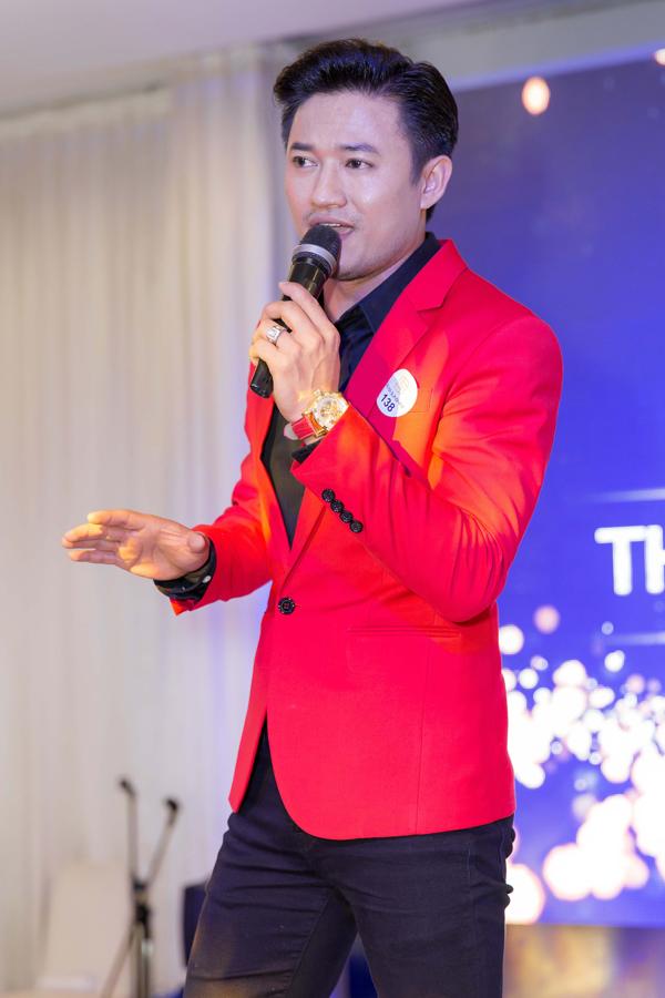 Quý Bình khoe giọng hát bolero mùi mẫn trong đêm tiệc.