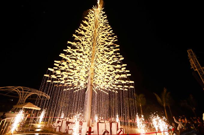 Cây thông Noel cao 37m được thắp sáng từ hàng nghìn mảnh mica lung linh là điểm check in hot tại Đà Nẵng trong mùa Noel năm nay.