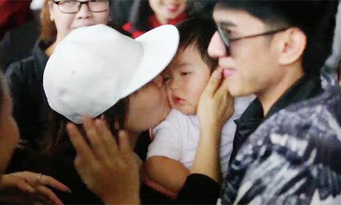 Khán giả thi nhau hôn má con trai Đan Trường ở sân bay