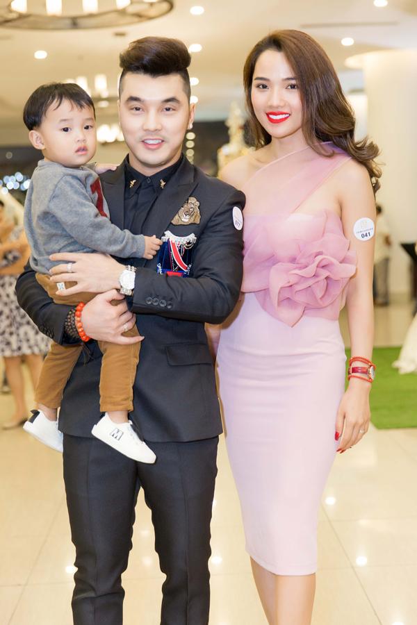 Vợ chồng Ưng Hoàng Phúc bế con trai cưng dự kiện tối 26/12.