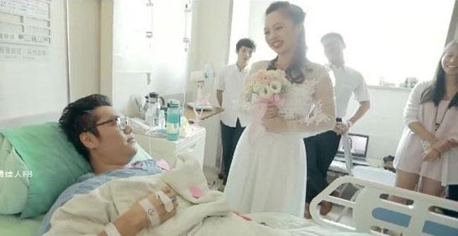 Mặc váy cưới đến bệnh viện cầu hôn bạn trai bị tai nạn xe
