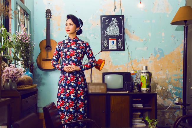 Nữ đạo diễn chia sẻ chị thích những thiết kế của Minh Châu vì kiểu dáng đơn giản, tinh tế, có tính ứng dụng cao.