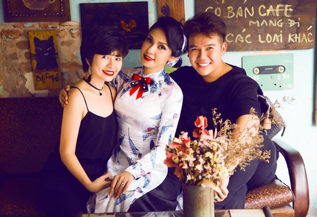 Nữ đạo diễn chụp ảnh cùng nhà thiết kế Minh Châu và chuyên gia trang điểm, làm tóc Tuyết Nhi.