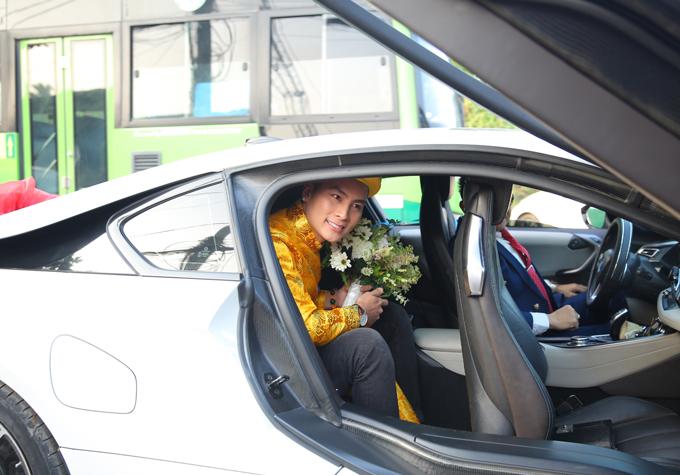 Sáng 28/12, ông xã kém 8 tuổi của Lâm Khánh Chi ngồi xe sang cửa chéo cánh chim tới rước cô về dinh.